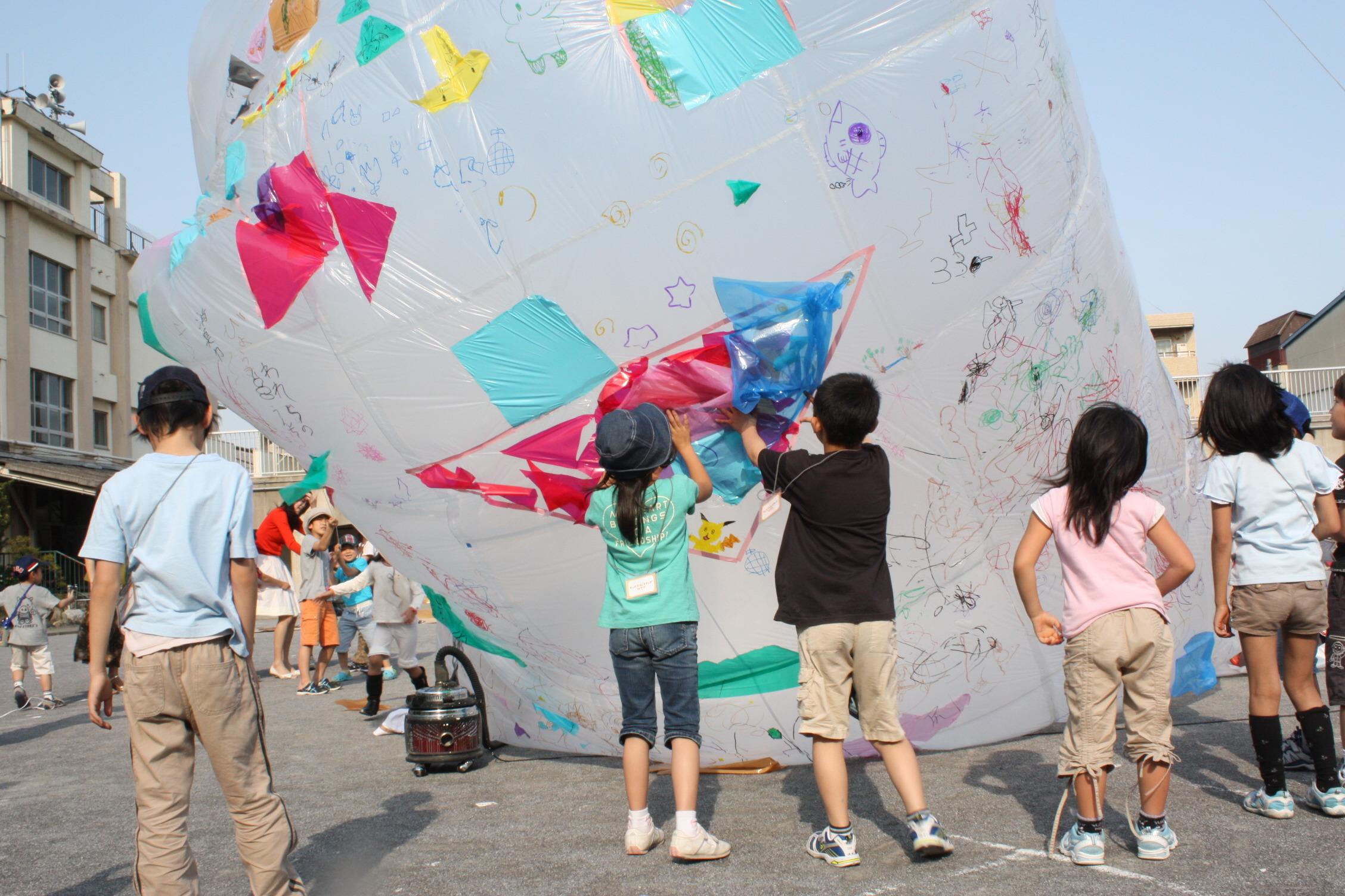 みんなでつくる空気とビニール袋の造形