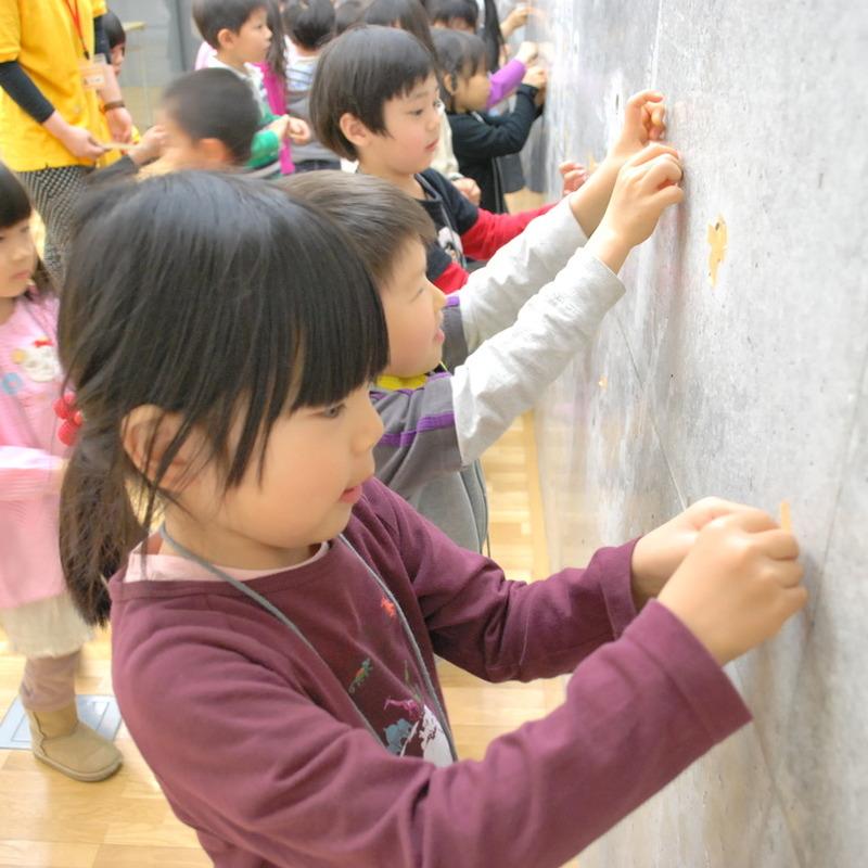 2011年4月17日(日)<br>「マスキングテープの壁画」<br>(幼児クラス)in東大