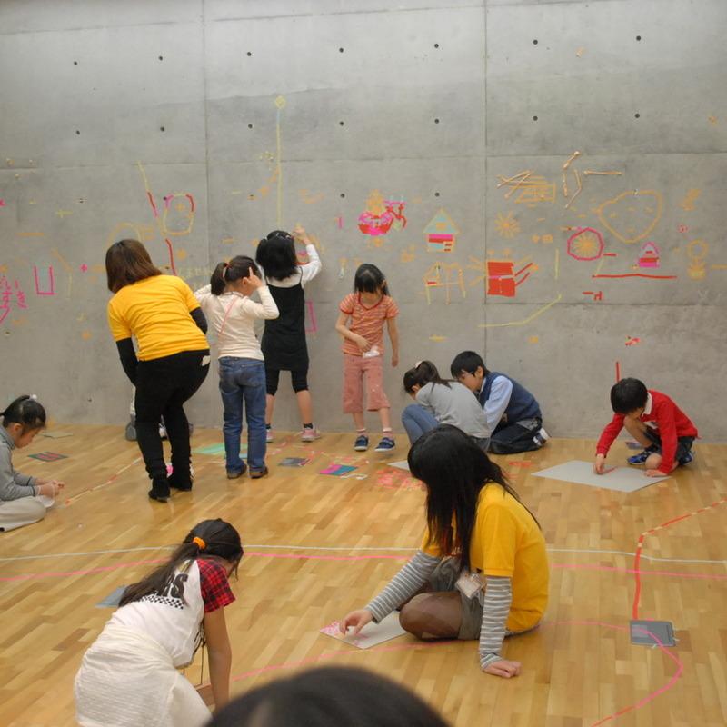 2011年4月17日(日)<br>「マスキングテープの壁画」<br>(小学生クラス)in東大