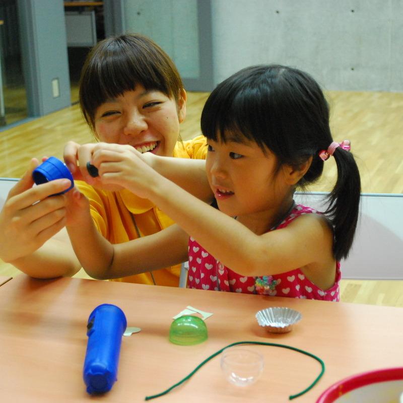 2010年8月15日(日)<br>「おひさまパワーを集めよう!暗やみで光るソーラーボール」<br>(幼児クラス)in東大